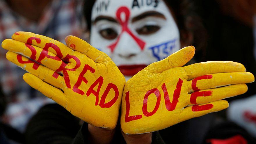 متضامن مع مرضى الإيدز