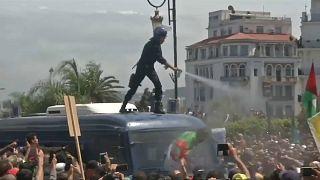 Összecsapások Algírban rendőrök és tüntetők között
