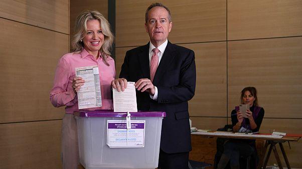 Meglepetésre a kormányzó jobbközép koalíció nyerte az ausztrál választást