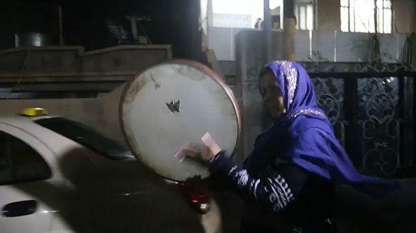 إمرأة عراقية من السليمانية تقرع الطبل لإيقاظ الصائمن للسحور