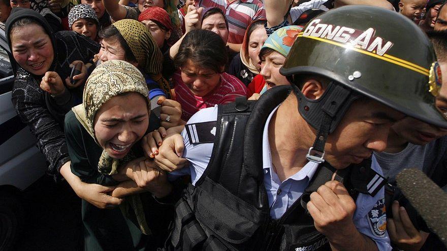 Çinli polis tarafından gözaltına alınan bir Uygur kadın - Urumçi