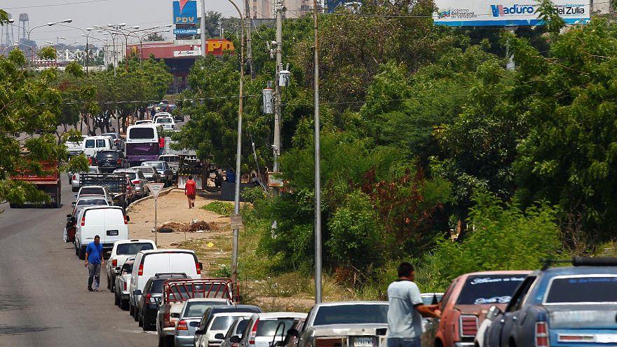 Largas colas en Venezuela para repostar