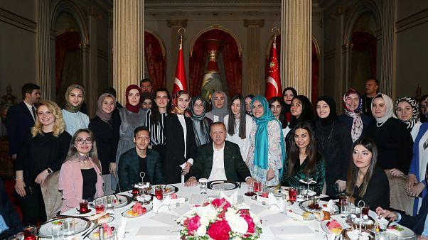 الرئيس التركي رجب طيب إردوغان بصحبة عدد من الشباب الأتراك في مأدبة الإفطار