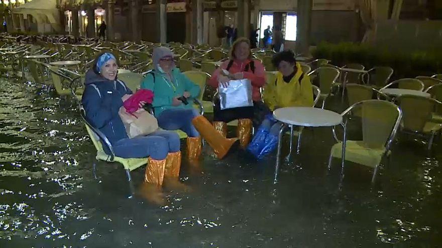 آب گرفتگی معابر ونیز گردشگران را غافلگیر کرد