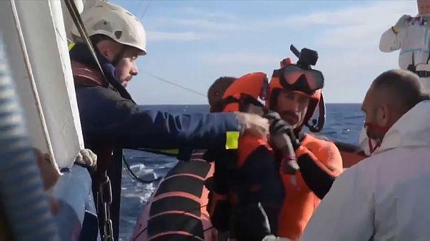 Sbarcano i 47 migranti di Sea Watch, Salvini sbotta in diretta