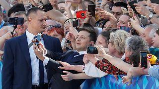 Ucrania: Vladimir Zelenski jura su cargo y disuelve el parlamento