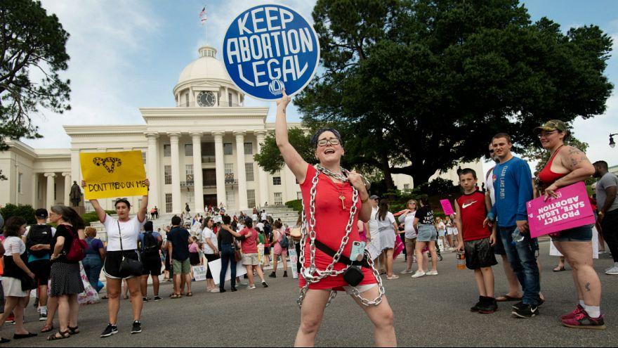 Kelli Thompson canta durante a Marcha pela Liberdade Reprodutiva