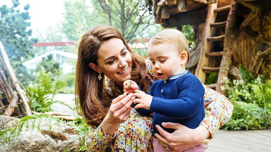 كيت زوجة الأمير البريطاني وليام ودوقة كمبردج تلعب مع ابنها الأمير لويس