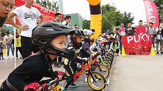 شاهد: أطفال صغار يخوضون سباق دراجات هوائية دون دواسات في الصين