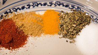 دراسة: انتشار واسع لسموم فطرية في التوابل وأعشاب الطبخ في لبنان