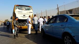 قوات الأمن المصرية في موقع حافلة سياحية تعرضت لحادث تفجير في الجيزة