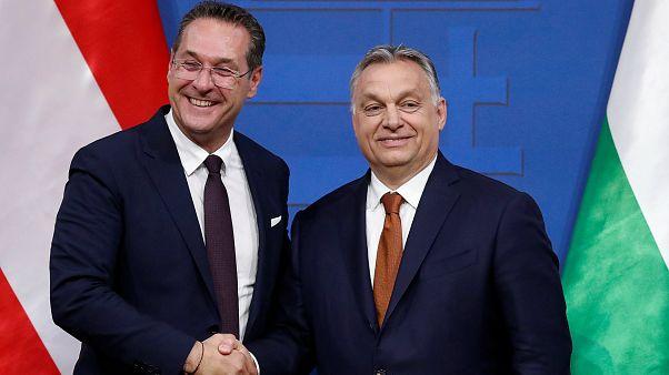Orbán Viktor (j) és Heinz-Christian Strache (b) kezet fog