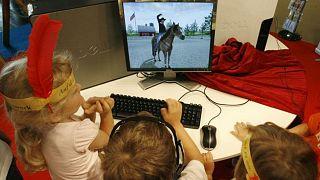 سلوك الأطفال قد يتأثر بسبب قضاء وقت أطول أمام الشاشات