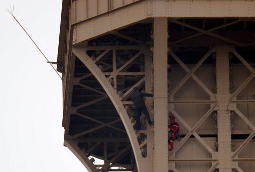 Eyfel Kulesi'ne bir kişi tırmanmaya çalıştı; anıt tahliye edildi