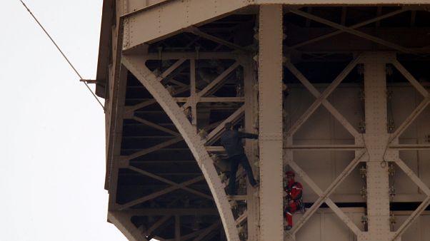 Eyfel Kulesi'ne tırmanmaya çalışan kişi yakalandı