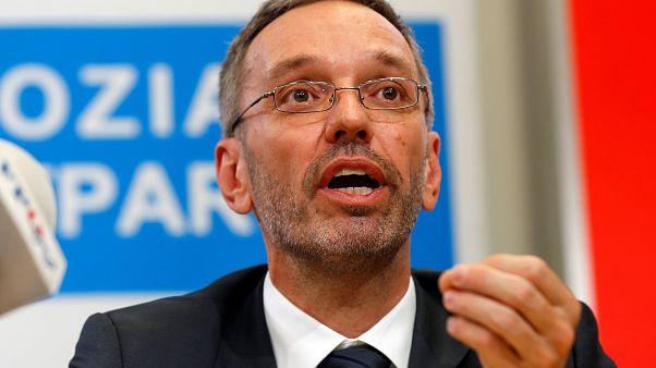Áustria: Ministros da extrema-direita demitem-se