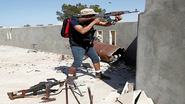 مقاتل موالي للحكومة المعترف بها دوليا في ليبيا يشتبك مع مسلحي قوات حفتر