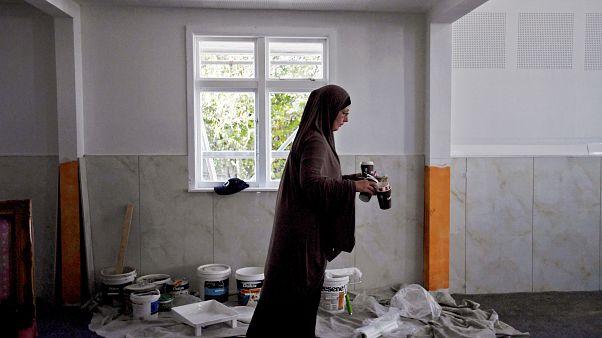 امرأة تعمل على تنظيف مسجد لنوود في كرايستشيرش في نيوزيلندا