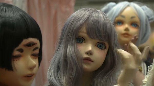 شاهد: دمى حية تشارك في معرض طوكيو للفنون