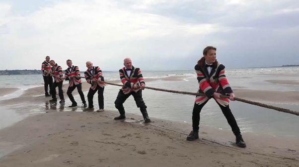 ویدئو؛ مسابقه طنابکشی قبل از ناپدید شدن جزیره شنی