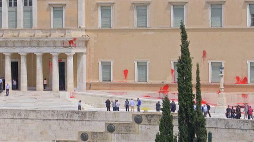 Anarchisták festékkel dobálták meg a görög parlamentet