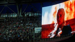 """فيديو: الآلاف يشاهدون ختام """"جيم أوف ثرونز"""" في ملعب كرة قدم في روسيا"""