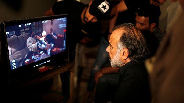 """يشاهد المخرج حسن حسني بطلا من """"الفندق"""" وهو يرفع سكينا على رقبة ممثل زميل"""