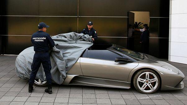 Meksika polisi satışa çıkarılan Lamborghini Murcielago'yu gösteriyor