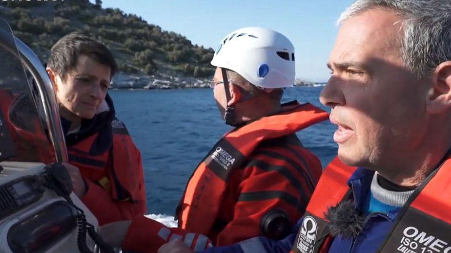 غواصان داوطب یونانی پناهجویان را نجات میدهند