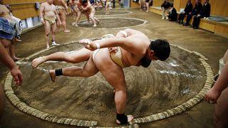 طلاب جامعات يتنافسون في نادي سومو للمصارعة اليابانية