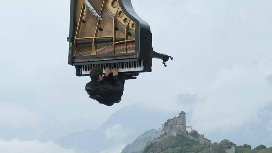 """شاهد: عازف البيانو السويسري ألان روش يقدم عرضا موسيقيا """"طائرا"""""""
