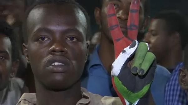 Протестующие в Судане требуют передачи власти