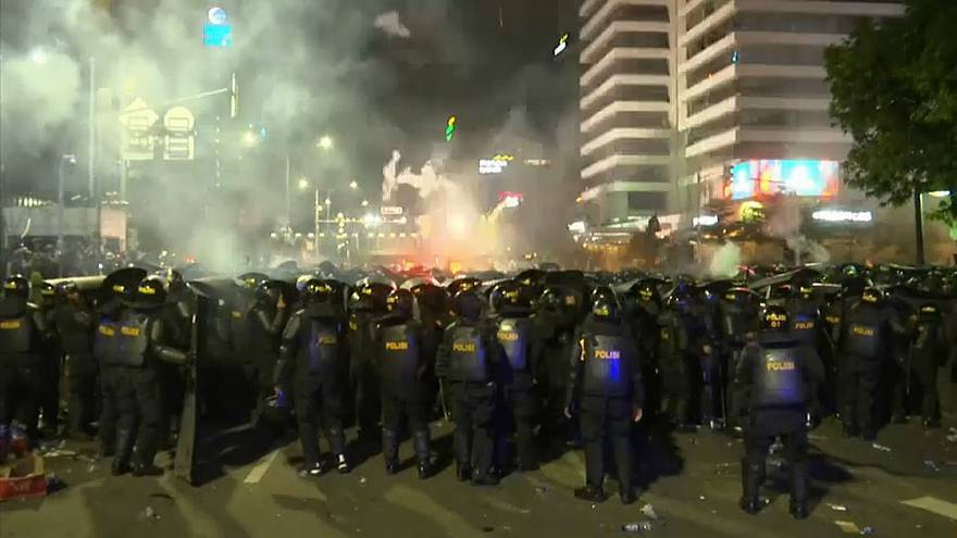 Protestos contra reeleição de Joko Widodo incendeiam Jacarta