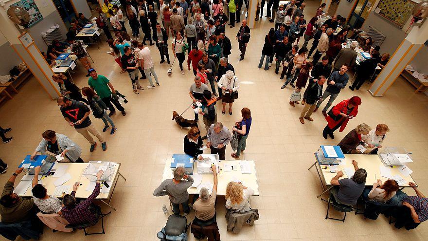 Sorban állás egy barcelona-i szavazókörben