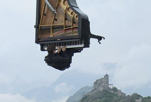 Suisse : il jouait du piano ... dans les airs