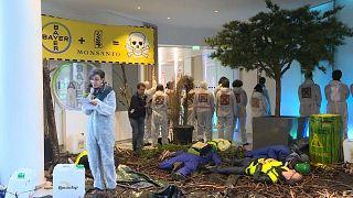 Protesto na sede da Bayer-Monsanto em Paris