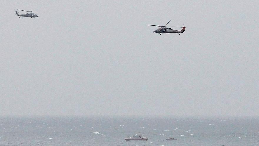 زورق تابع للحرس الثوري الإيراني بالقرب من حاملة طائرات أمريكية في بحر العرب