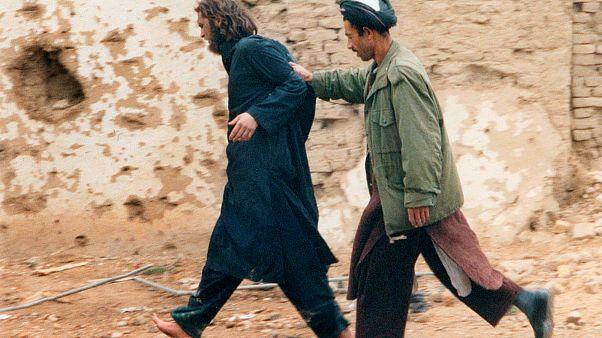 جون ليند بعد القبض عليه مع أعضاء في القاعدة بالقرب من مزار شريف عام 2001