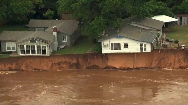 شاهد: فيضانات في أوكلاهوما تترك المنازل معلقة في الهواء