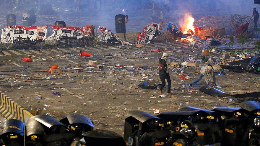 بدت مناطق من العاصمة الإندونيسية جاكارتا وكأنها ساحة حرب مساء اليوم