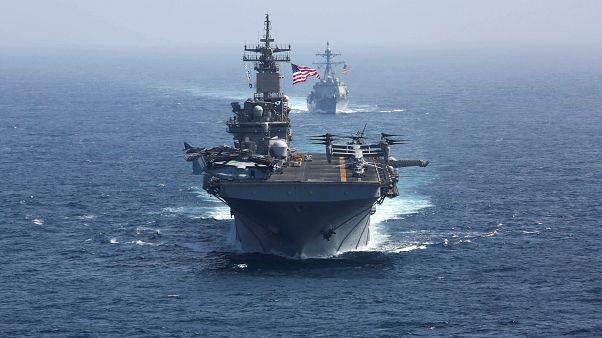 سفينة حربية ومدمرة صواريخ تابعتان للبحرية الأمريكية