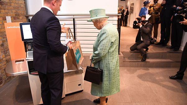 """La Regina Elisabetta al supermercato chiede se è possibile """"fregare"""" le casse automatiche"""