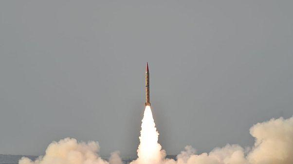 """تجربة صاروخ بالستي """"شاهين2"""" أرض-أرض في باكستان"""