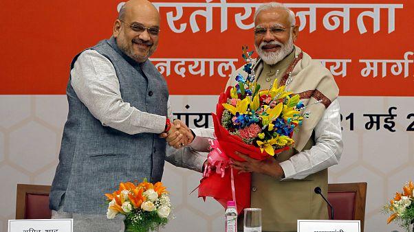 M. Modi, serre la main du président du BJP, Amit Shah, lors d'une cérémonie