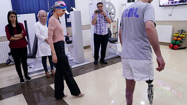 شاهد: أسماء الأسد في ظهور جديد..تزور مركزاً لتركيب الأطراف الصناعية في حماة