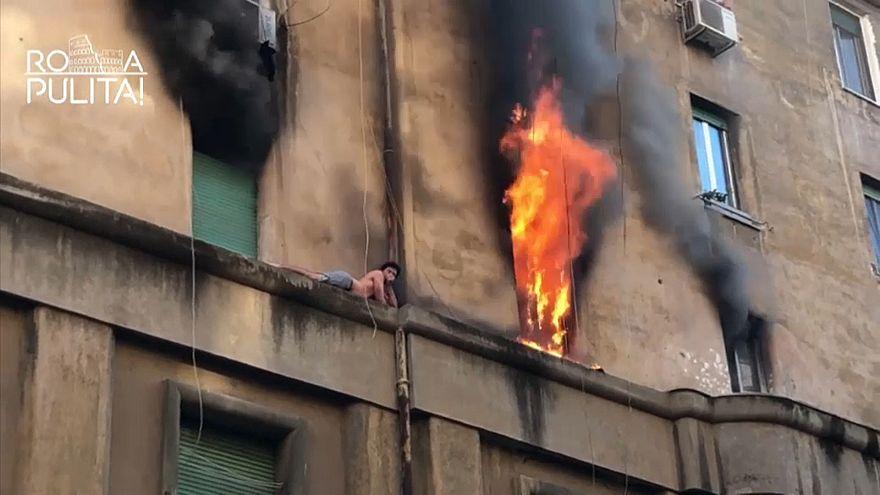شاهد: عملية إنقاذ شاب بقي عالقا خارج مبنى تعرض للحريق في روما