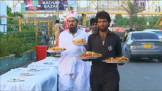 شاهد: وجبات إفطار مجانية للفقراء في باكستان