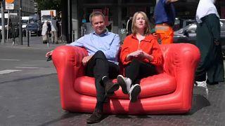 Road Trip: il sofà rosso chiude il suo tour a Bruxelles
