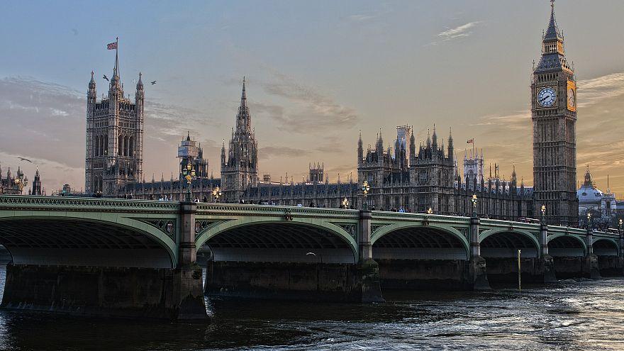 الشرطة البريطانية تعيد فتح طرقات في لندن بعد الاشتباه بجسم غريب