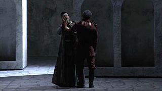 Ein feuriger Engel im römischen Opernhaus